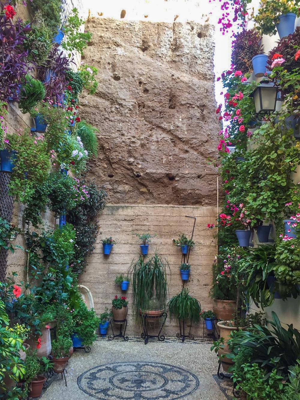 11 - festival in córdoba - romantische streken - straatje - bloemen