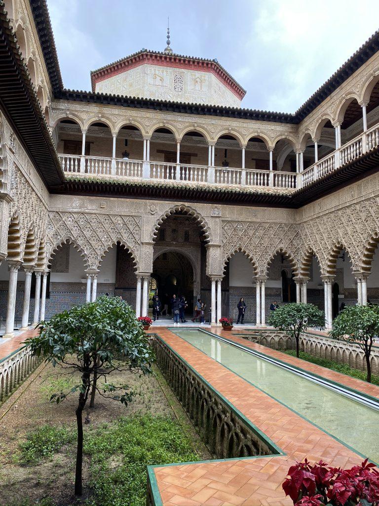 Het Koninklijk Paleis Real Alcazár is een van de bezienswaardigheden die je moet zien tijdens een stedentrip in Sevilla
