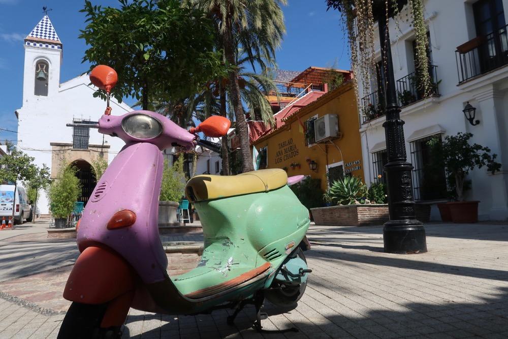 Een scooter op een pleintje hartje centrum van Marbella