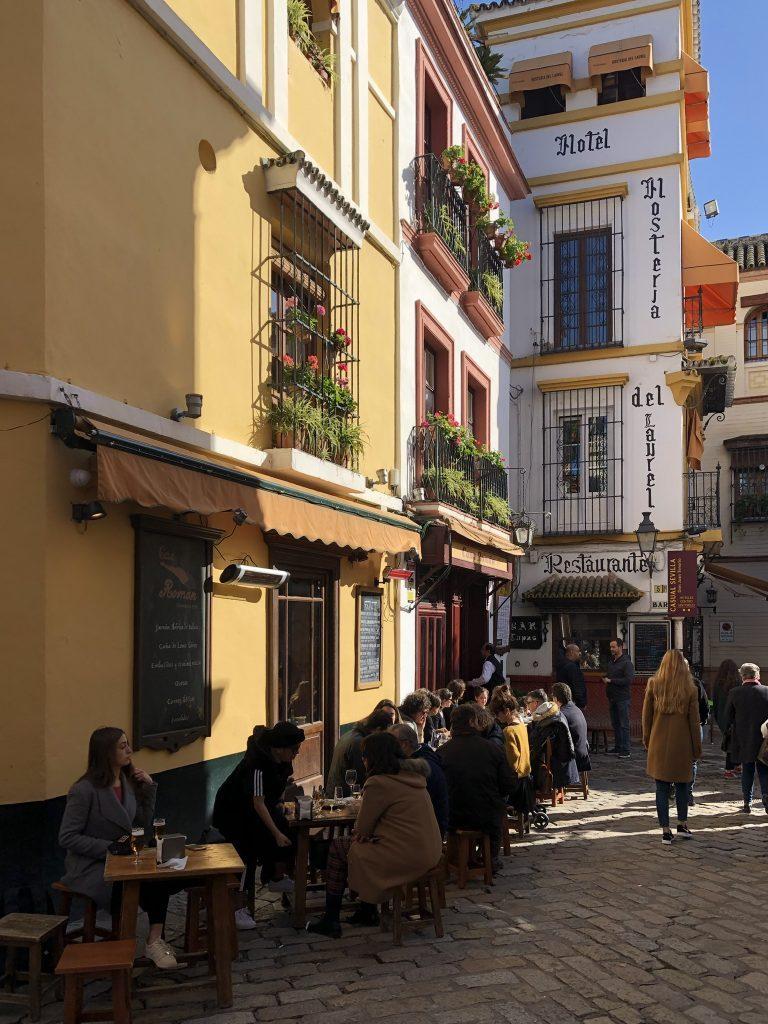 Een van de hoogtepunten van Sevilla is wandelen door de steegjes in Santa Cruz