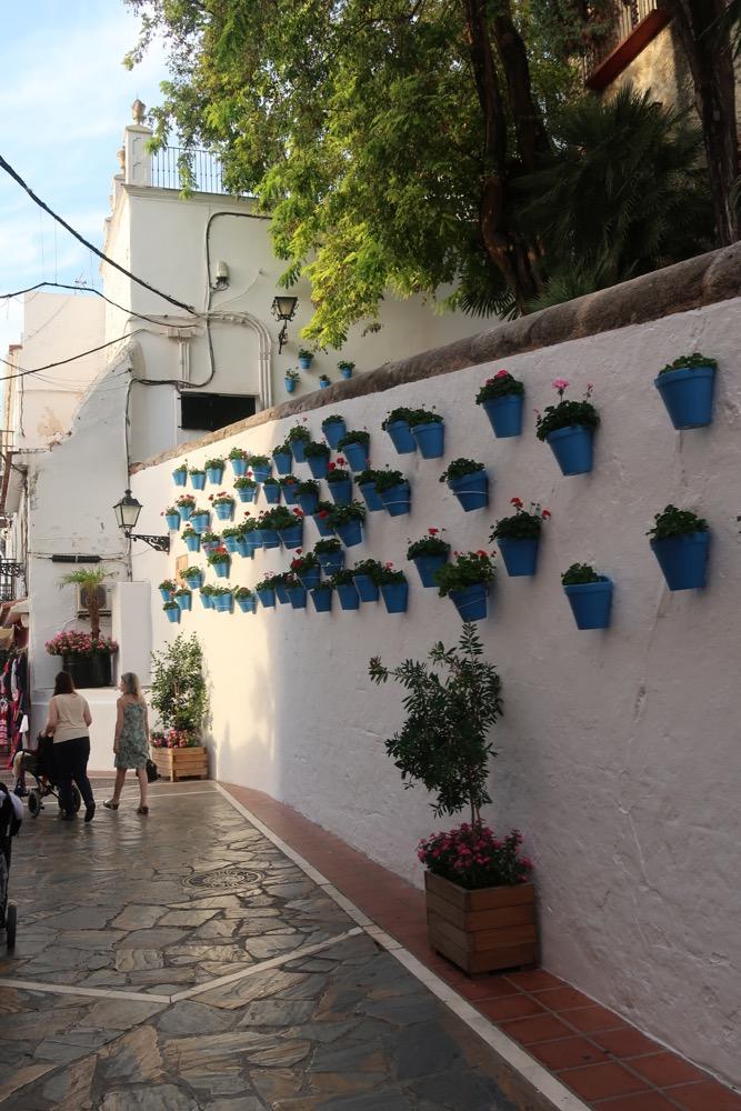 Het historisch centrum van Marbella heeft mooie witte huisjes en veel bloemen en bloempotten aan de muur