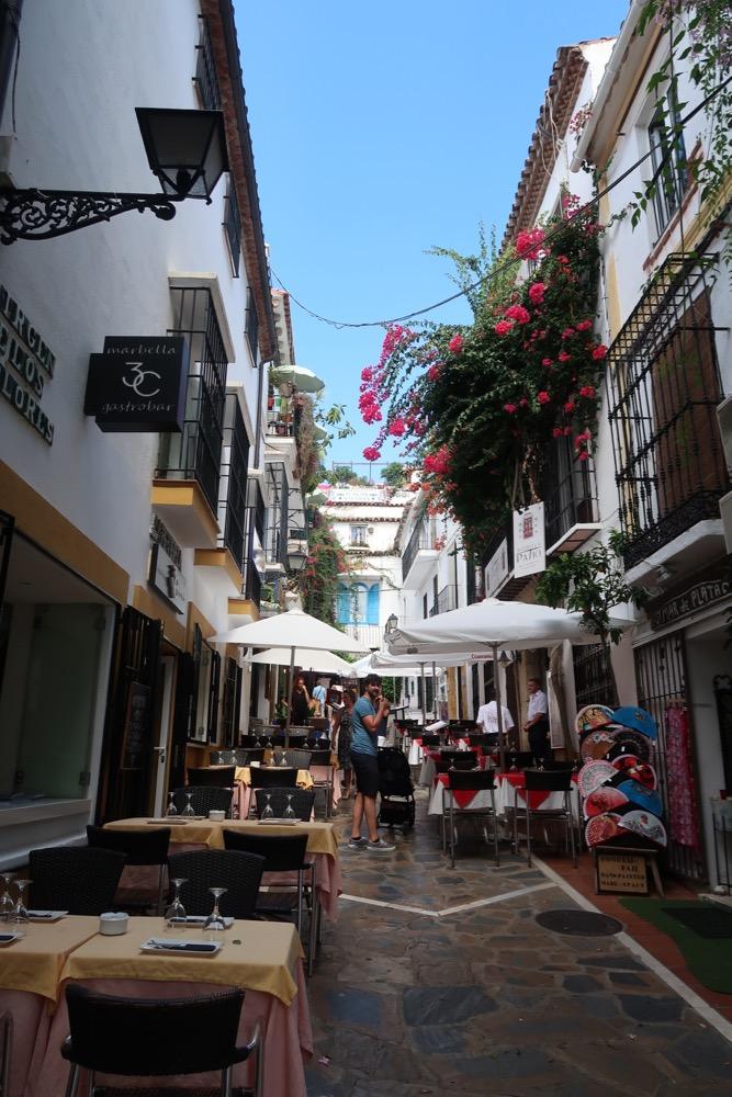 In de smalle straatjes in het oude centrum van Marbella hebben de restaurants hun kleine terrassen op straat staan