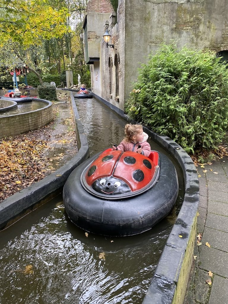 In de dobberbootjes in de vorm van een lieveheersbeestje mogen de kinderen zelf het bootje besturen