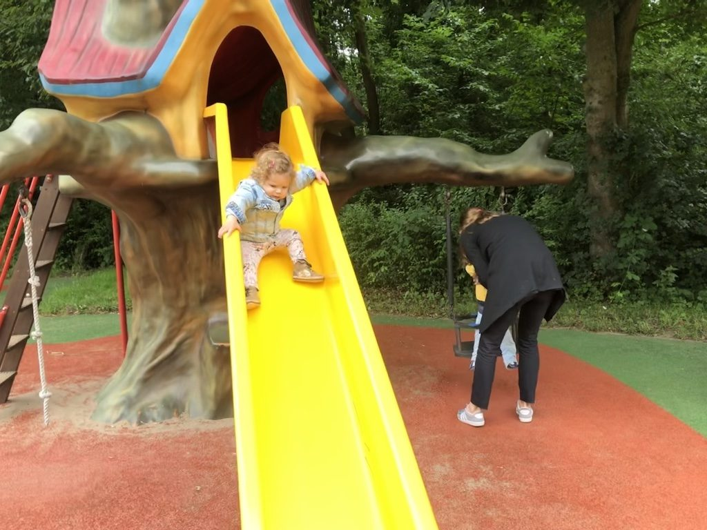 De speeltuin van Sprookjeswonderland heeft glijbanen, draaitoestellen, wippen en schommels