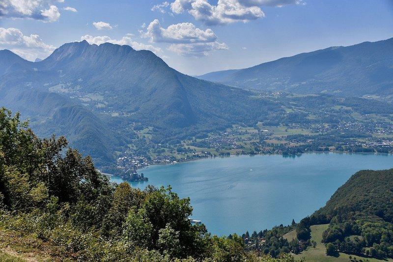 Het meer van Annecy of Lac d'Annecy in Frankrijk is het schoonste meer van Europa. Bezoek ook het mooie stadje Annecy.