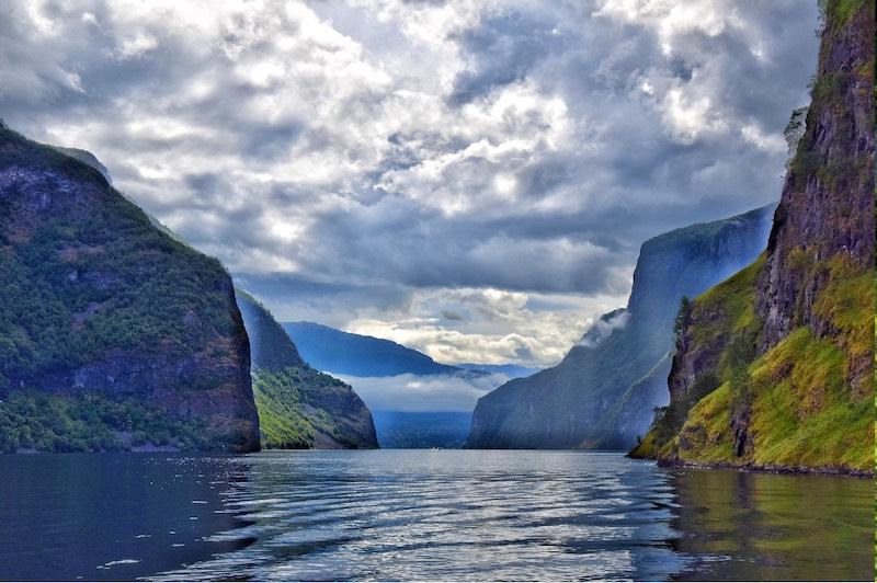 Sognefjord is een fjord in Noorwegen met gletsjers en watervallen waar je kan wandelen raften kajakken en kan varen